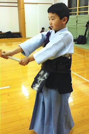 カラー袴・剣道着を実際に着用しているところです。